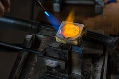 Colata del metallo con la torcia per saldature immagini stock libere da diritti