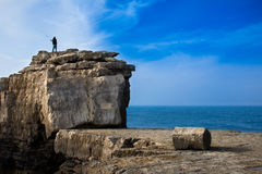 Colata del pescatore su una grande roccia Fotografie Stock Libere da Diritti