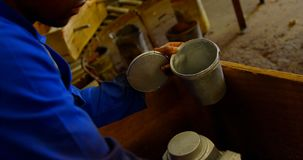 Colata maschio del metallo della pittura del lavoratore nell'officina 4k video d archivio