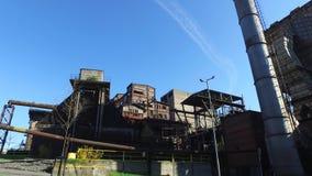 Colaväxt på den gamla Metallurgical växten stock video