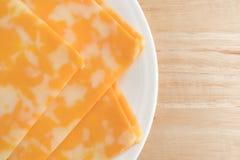 Colby-stålar ostskivor på en platta uppe på slut för tabellöverkant fotografering för bildbyråer