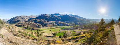 Colcacanion, Peru, Zuid-Amerika. Incas om de Landbouwterrassen met Vijver en Clif te bouwen royalty-vrije stock fotografie