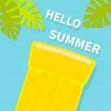 Colchão amarelo de flutuação da água da associação do ar Vista aérea superior Olá! cartão do verão Folha da palmeira Objeto de re Foto de Stock