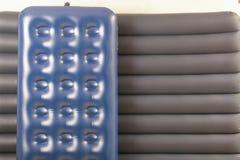 Colchão dois inflável azul para dormir e descansar imagens de stock