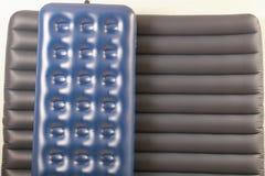 Colchão dois inflável azul para dormir e descansar imagem de stock royalty free