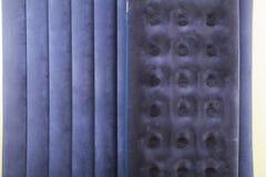 Colchão dois inflável azul para dormir e descansar imagens de stock royalty free