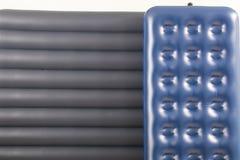 Colchão dois inflável azul para dormir e descansar fotos de stock