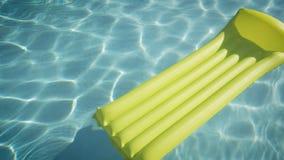 Colchón amarillo que nada solamente en piscina Todavía vida 1 almacen de metraje de vídeo