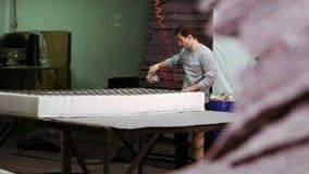 Colchón de la fabricación del trabajador almacen de video