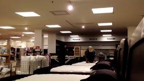 Colchón de las compras de OCustomer dentro de la tienda de Sears almacen de video