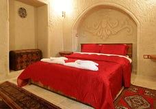 Colcha del rojo de la disposición del dormitorio Fotos de archivo