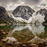 Colchuck湖和Dragontail峰顶 库存图片