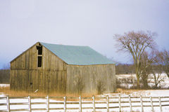 Cold Barn. An aboandoned barn sits in a cold winter field covered in snow Royalty Free Stock Photos