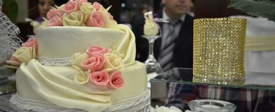 Wedding cake with pink roses Royalty Free Stock Photography