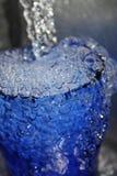 cold som dricker icy vatten Arkivbild