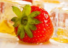 Cold strawberries with honey Royalty Free Stock Photography