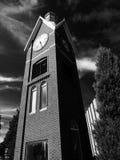 Coldwater, Мичиган, объединенные положения 6-ое июля 2017: Черно-белый фотоснимок башни с часами расположенной в историческом гор Стоковая Фотография RF