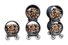 Coleção ajustada da pilha do estoque da lenha no carro da roda do recipiente do metal do ferro para o cozimento exterior isolado  fotografia de stock
