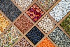 A coleção classificou das lentilhas, feijões, ervilhas, grão, aveia em flocos, soyb fotografia de stock