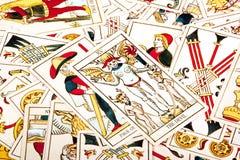 Coleção colorida brilhante de cartões de tarô dispersados Fotos de Stock Royalty Free