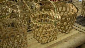 Coleção da cesta de Bambo sobre a tabela de bambu imagens de stock