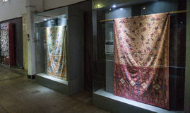 Coleção da tela do Batik indicada no armário de vidro com o museu recolhido foto Pekalongan Indonésia do Batik da iluminação fotos de stock royalty free