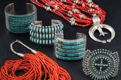 Coleção da turquesa, da prata e da Coral Jewelry do nativo americano foto de stock