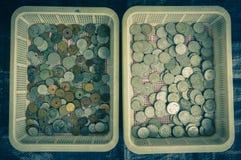 Coleção das moedas do ` s de Indonésia indicadas em uma cesta plástica Bogor recolhido foto Indonésia imagens de stock royalty free