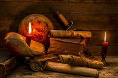 Coleção de artigos antigos, no tema da aventura, em um fundo de madeira imagens de stock