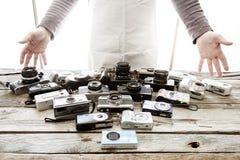 Coleção de câmeras do vintage em um fundo da placa de madeira fotografia de stock royalty free