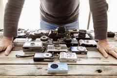 Coleção de câmeras do vintage em um fundo da placa de madeira foto de stock royalty free