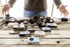 Coleção de câmeras do vintage em um fundo da placa de madeira imagens de stock