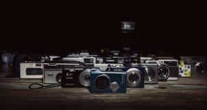 Coleção de câmeras do vintage no fundo preto imagem de stock