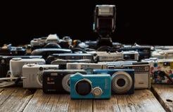 Coleção de câmeras do vintage no fundo preto foto de stock royalty free