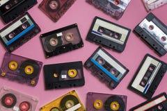 Coleção de cassetes áudio retros no fundo lilás Conceito retro da música da tecnologia Imagens de Stock Royalty Free