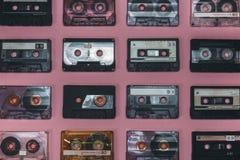 Coleção de cassetes áudio retros no fundo lilás, vista superior Conceito retro da música da tecnologia Foto de Stock Royalty Free