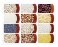 Coleção de cereais diferentes em uns potenciômetros fotos de stock royalty free