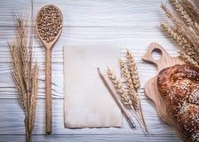 A coleção de cinzelar a vara de pão cozida as orelhas do trigo-centeio da placa corteja Foto de Stock Royalty Free