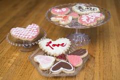 Coleção de cookies decorativas do coração do dia de Valentim no rosa, fotos de stock royalty free