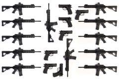 Coleção de diversas espingardas de assalto e pistolas isoladas no fundo branco imagens de stock