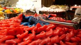 Coleção de doces gomosos coloridos no mercado vídeos de arquivo