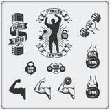 Coleção de etiquetas da aptidão, de emblemas, de crachás, de logotipos e de elementos preto e branco do projeto Silhueta do múscu Foto de Stock Royalty Free