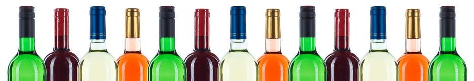 A coleção de garrafas de vinho bottleneck em seguido o isolat vermelho da bandeira fotos de stock royalty free