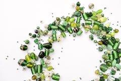 A coleção de grânulos de vidro verdes deu forma na festão descentralizada fotos de stock royalty free