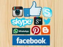 A coleção de logotipos sociais populares dos meios imprimiu no papel Fotografia de Stock Royalty Free