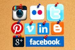 A coleção de logotipos sociais populares dos meios imprimiu no papel Imagens de Stock Royalty Free