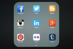 Coleção de logotipos sociais populares dos meios na tela do iPad Fotografia de Stock