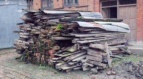 Coleção de madeira velha após a demolição fotografia de stock