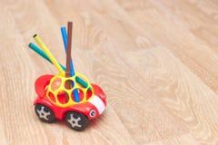 Coleção de marcadores coloridos para tirar, suporte em um brinquedo, vermelho, criança, máquina Vista vertical Copie o espaço Lug fotos de stock royalty free