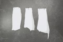 Coleção de pedaços de papel rasgados branco na tabela Imagens de Stock